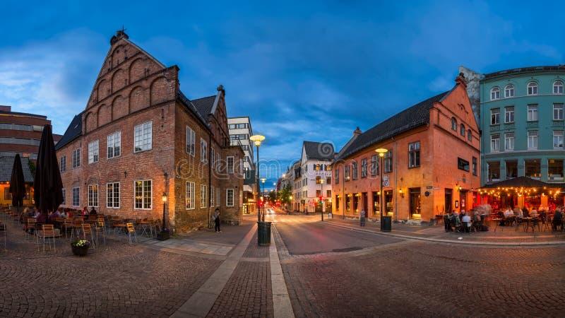 Panorama di Christiania Torv nella sera, Oslo, Norvegia fotografia stock