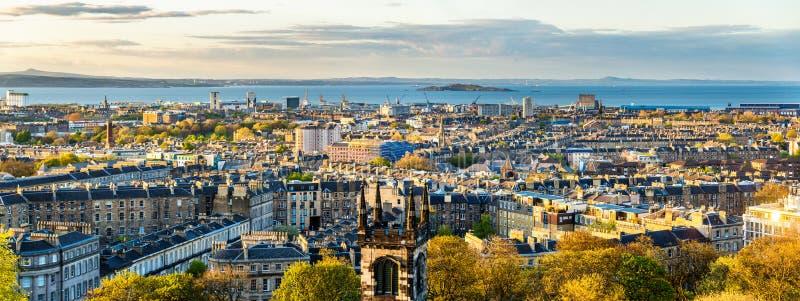 Panorama di Edimburgo dalla collina di Calton fotografia stock libera da diritti