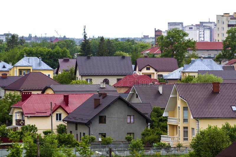 Panorama di estate di bella vista di zona residenziale suburbana calma moderna Due nuovi cottage leggendari comodi piacevoli con  fotografia stock