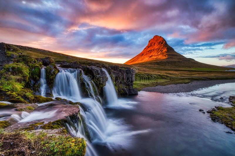 Panorama di estate del paesaggio dell'Islanda, montagna di Kirkjufell al tramonto con la cascata alla bella luce immagini stock
