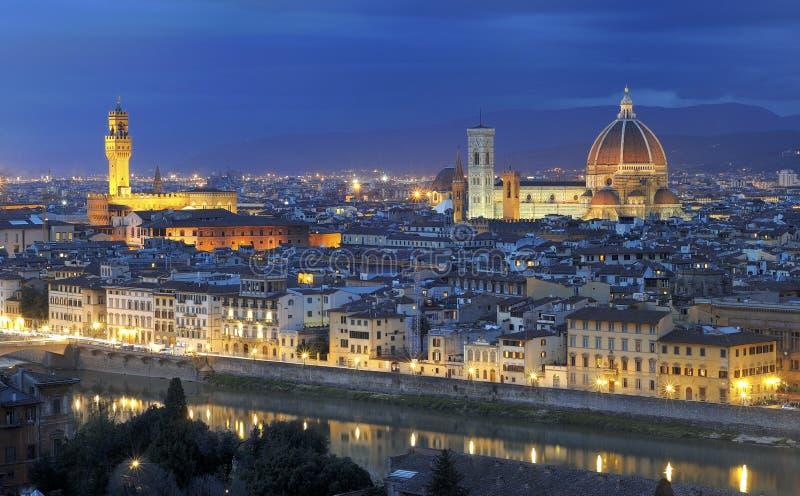 Panorama di Firenze entro la notte fotografia stock libera da diritti