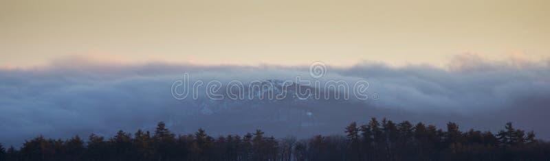 Panorama di foschia sopra le montagne fotografia stock libera da diritti