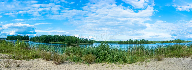 Panorama di grande lago in Carelia immagini stock libere da diritti