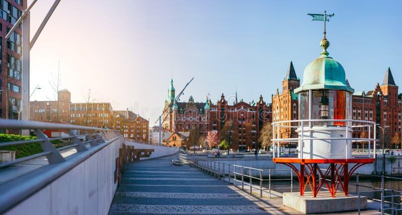 Panorama di Hafencity con il vecchio faro del segnale e la costruzione di mattone rosso nel fondo, Speicherstadt a Amburgo fotografie stock