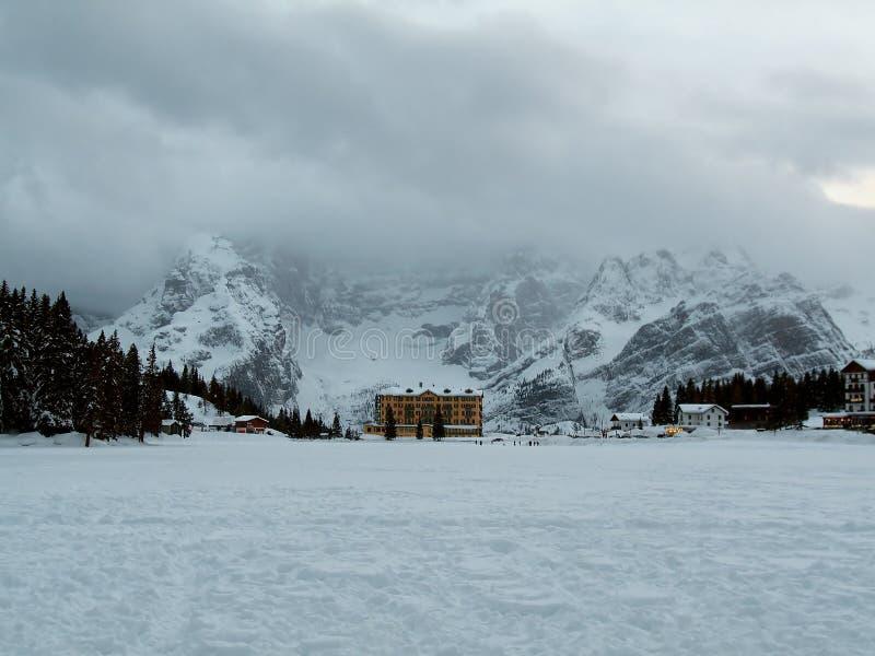 Panorama di inverno delle dolomia italiane congelate del lago Misurina immagine stock libera da diritti