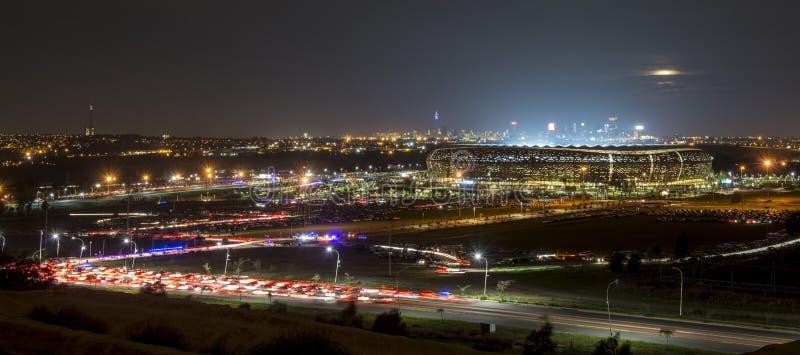 Panorama di Johannesburg con la città di calcio in priorità alta immagine stock