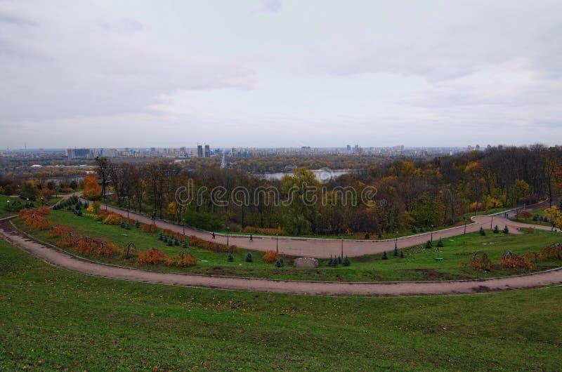 Panorama di Kyiv dal parco del parco di fama di gloria Ponte della metropolitana attraverso il fiume di Dnipro Giorno nuvoloso di immagine stock libera da diritti