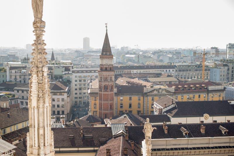 Panorama di Milano, Italia Vista dal tetto di Milan Cathedral Duomo fotografie stock libere da diritti