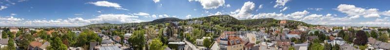 Panorama di Moedling con il suo aquedotto famoso - Niederösterreich immagini stock libere da diritti