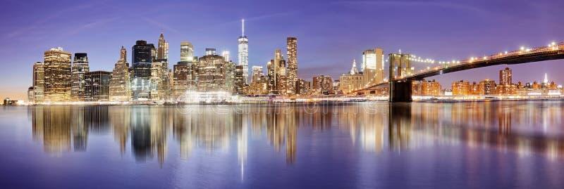 Panorama di New York con il ponte di Brooklyn alla notte, U.S.A. immagini stock libere da diritti