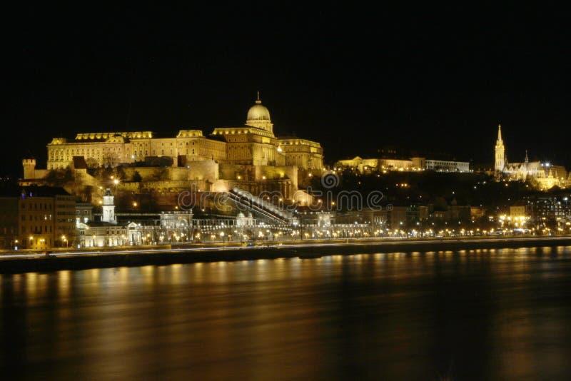 Panorama di notte del Danubio e di Buda Castle, Budapest, Ungheria fotografia stock libera da diritti