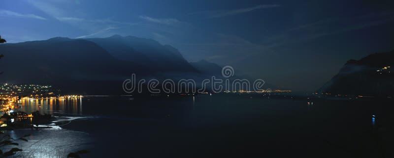 Panorama di notte del lago garda fotografia stock libera da diritti