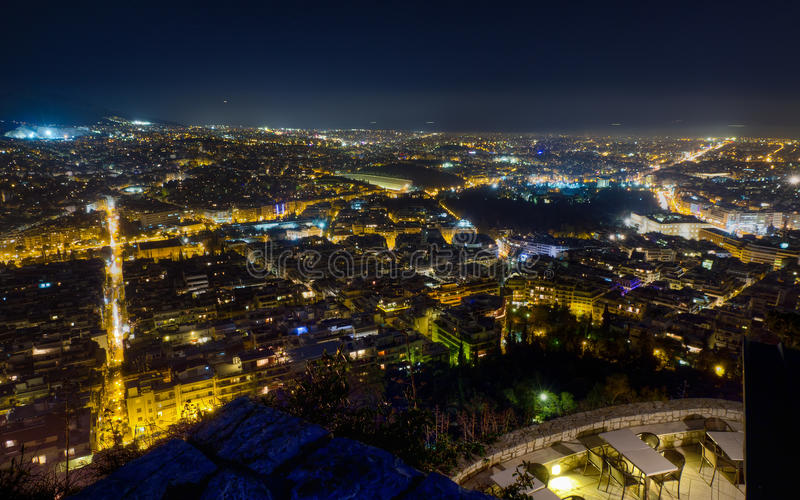 Panorama di notte di Atene dalla collina di Lycabettus fotografie stock