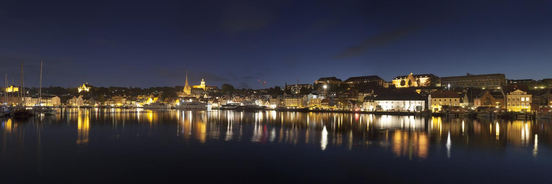 Panorama di notte di Flensburg fotografia stock libera da diritti