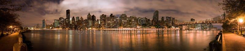 Panorama di notte di Manhatten fotografie stock libere da diritti
