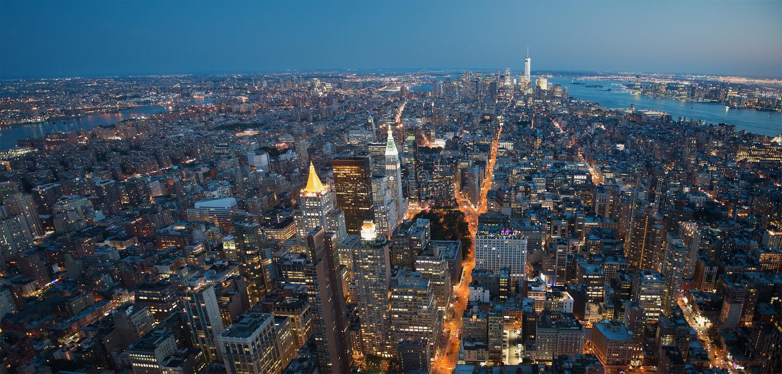 Panorama di notte di New York City fotografia stock