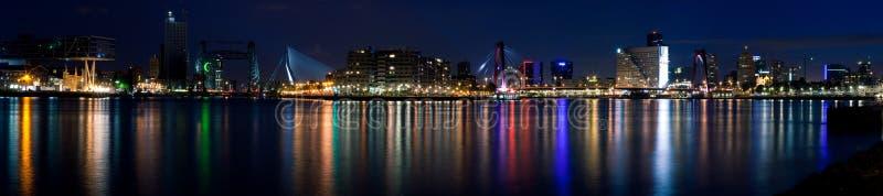 Panorama di notte di Rotterdam e del fiume totale immagini stock