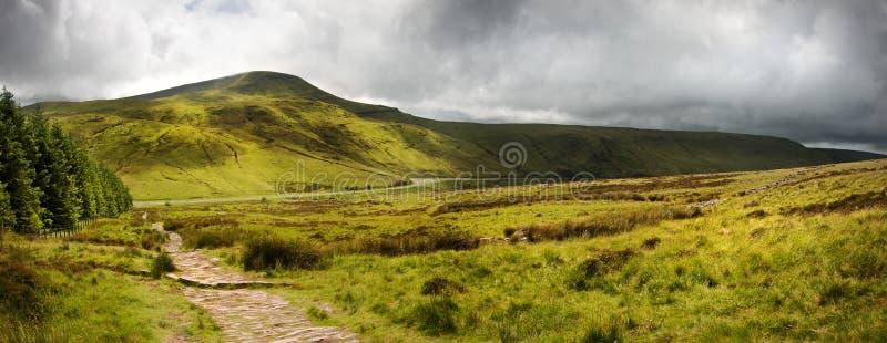 Panorama di paesaggio della campagna attraverso alle montagne