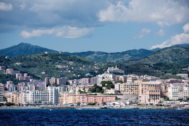Panorama di paesaggio urbano della città di Genova dal mare fotografia stock libera da diritti