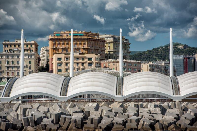 Panorama di paesaggio urbano della città di Genova dal mare fotografia stock