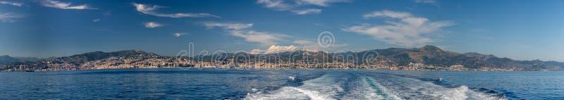 Panorama di paesaggio urbano della città di Genova dalla nave in mare fotografia stock libera da diritti