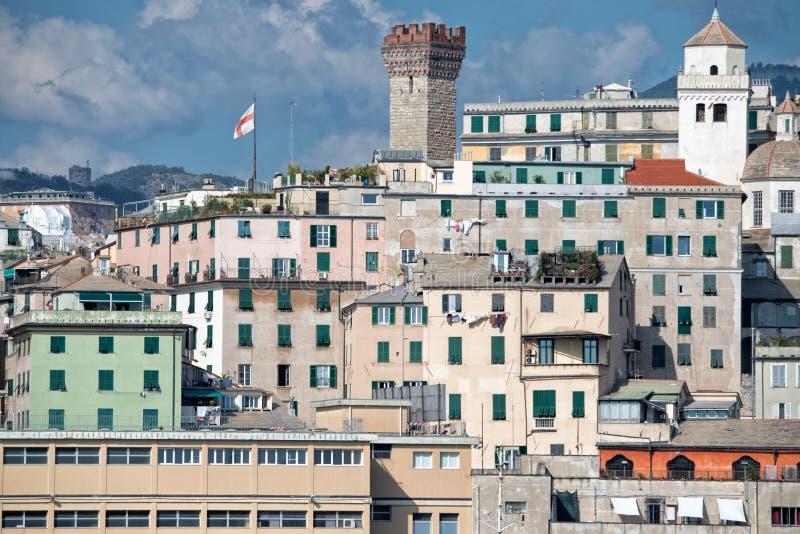 Panorama di paesaggio urbano della città di Genova dal porto del mare fotografia stock libera da diritti