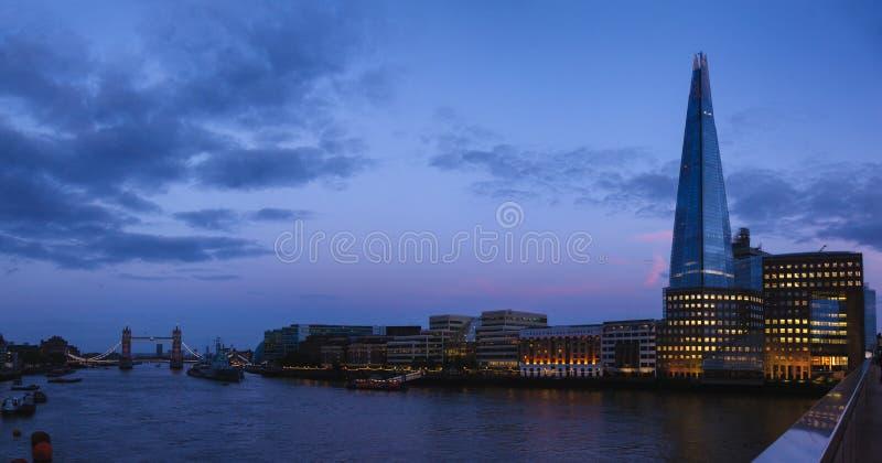 Panorama di paesaggio urbano di Londra con il cielo del sud del coccio della Banca del Tamigi fotografia stock libera da diritti