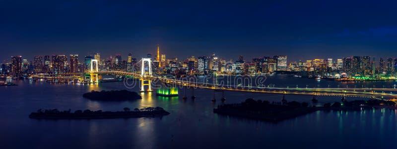 Panorama di paesaggio urbano di Tokyo e del ponte dell'arcobaleno alla notte fotografia stock libera da diritti