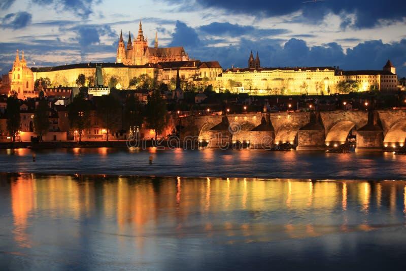 Panorama di Praga alla notte immagini stock