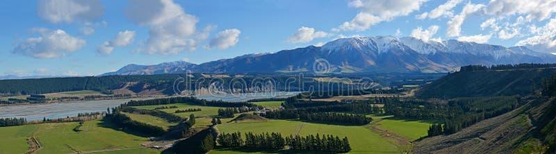 Panorama di River Valley della gola di Rakaia a metà di Canterbury, nuovo Zealan immagini stock