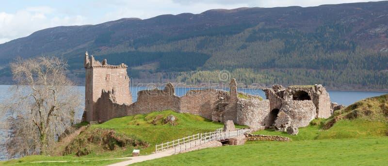 Panorama di rovina del castello di Urquhart fotografie stock libere da diritti