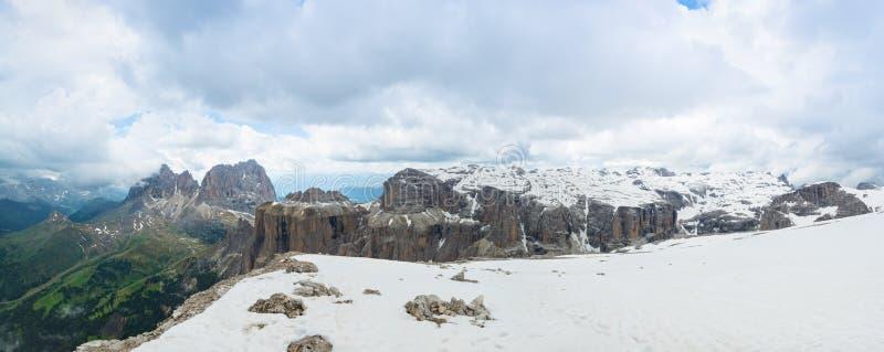 Panorama di Sassolungo Langkofel, di Piz Ciavazes e di Gruppo del Sella Dolomia, Italia fotografie stock