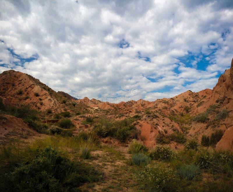 Panorama di Skazka, alias Fairytale canyon, Issyk-Kul, Kirghizistan immagine stock