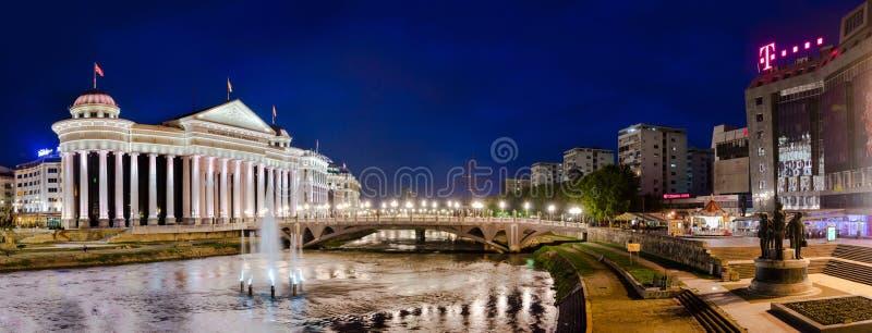 Panorama di Skopje con la vista del museo archeologico fotografia stock