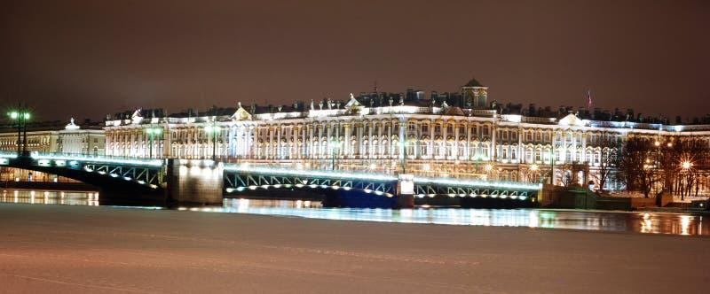 Panorama di St Petersburg nella notte fotografia stock
