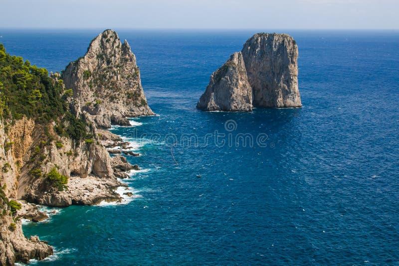 Panorama di stupore delle scogliere di Faraglioni con il mar Tirreno maestoso nella regione Italia di campania dell'isola di Capr fotografie stock libere da diritti