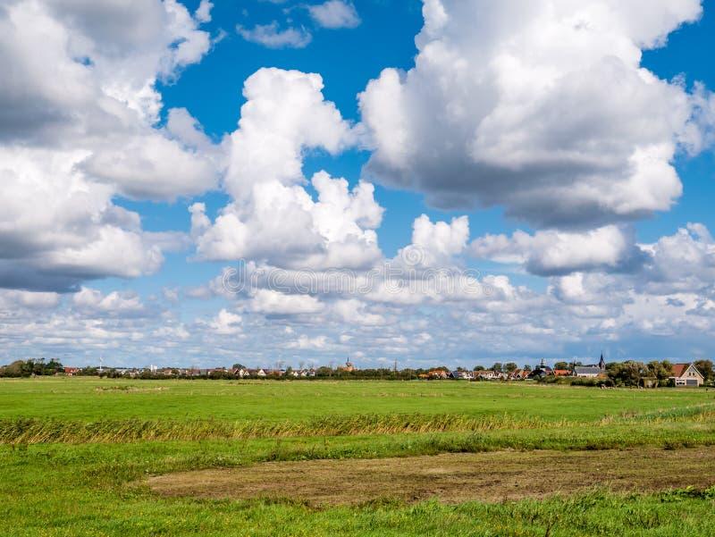 Panorama di terreno coltivabile e del villaggio di Oudeschild su islan frisone immagini stock