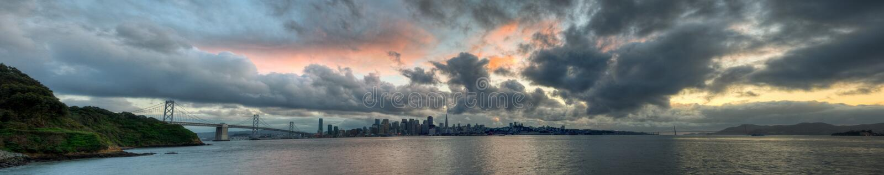 Panorama di tramonto dell'orizzonte di San Francisco fotografia stock libera da diritti
