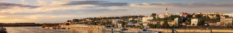Panorama di tramonto di Belgrado con porto turistico su Sava River Kale fotografia stock libera da diritti