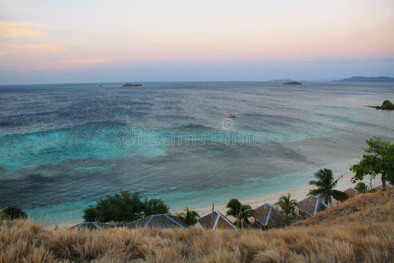 Panorama di tramonto sull'isola tropicale di Seraya fotografia stock libera da diritti