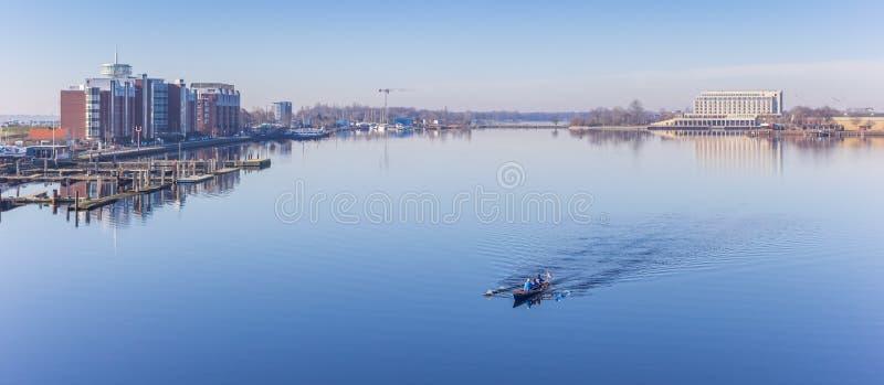 Panorama di un'imbarcazione a remi alla SME-giada-Kanal in Wilhelmshaven immagine stock
