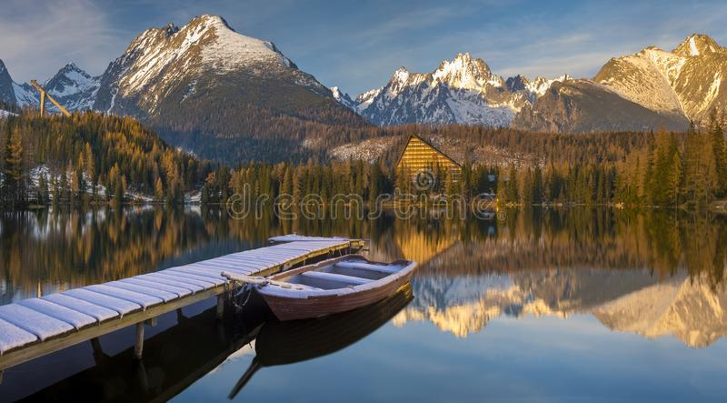 Panorama di un lago nel paesaggio di inverno, Strbske Pleso, SL della montagna fotografia stock