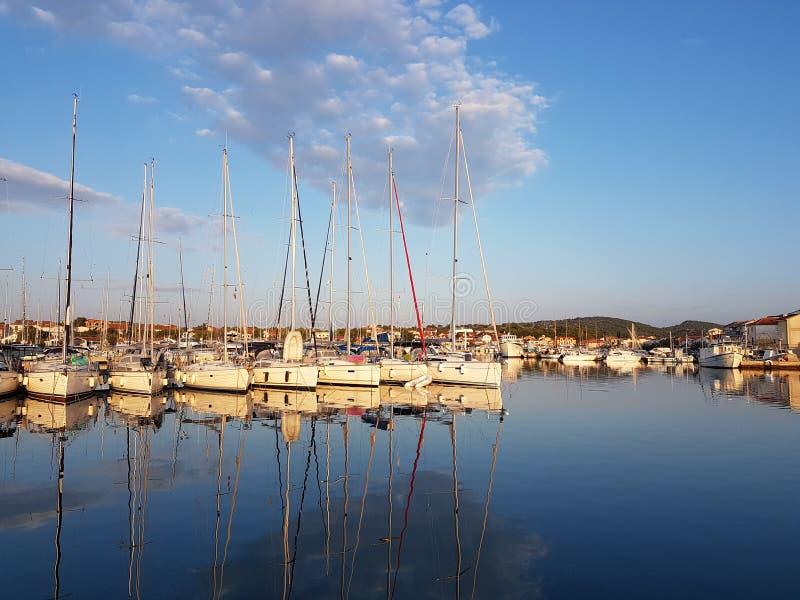 Panorama di un porticciolo dell'yacht nella città di Jezera in Croazia nella regione della Dalmazia Le navi hanno attraccato nel  fotografia stock