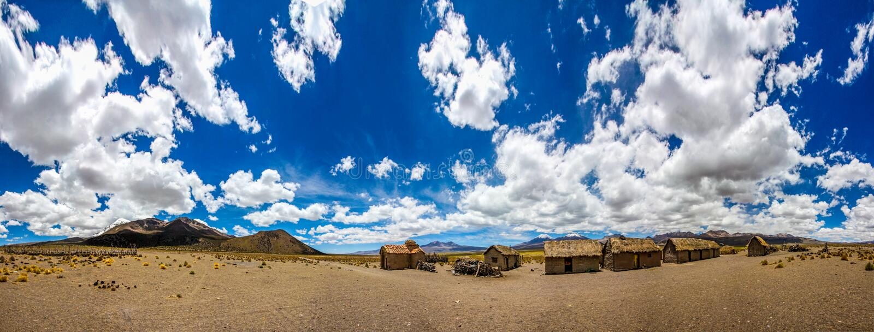 Panorama di un villaggio di Famming del boliviano immagini stock libere da diritti