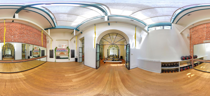 panorama 360 di un'yoga e di un interno della palestra dei pilates fotografia stock libera da diritti