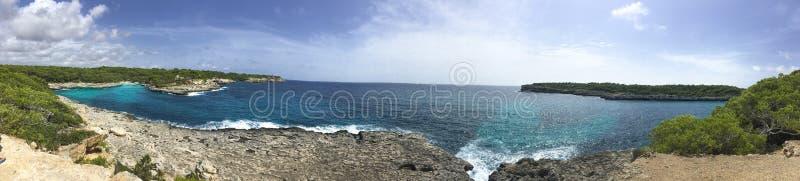 Panorama di una baia rocciosa fotografia stock libera da diritti