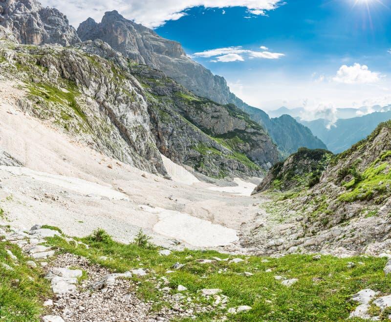 Panorama di una valle della montagna fotografia stock libera da diritti
