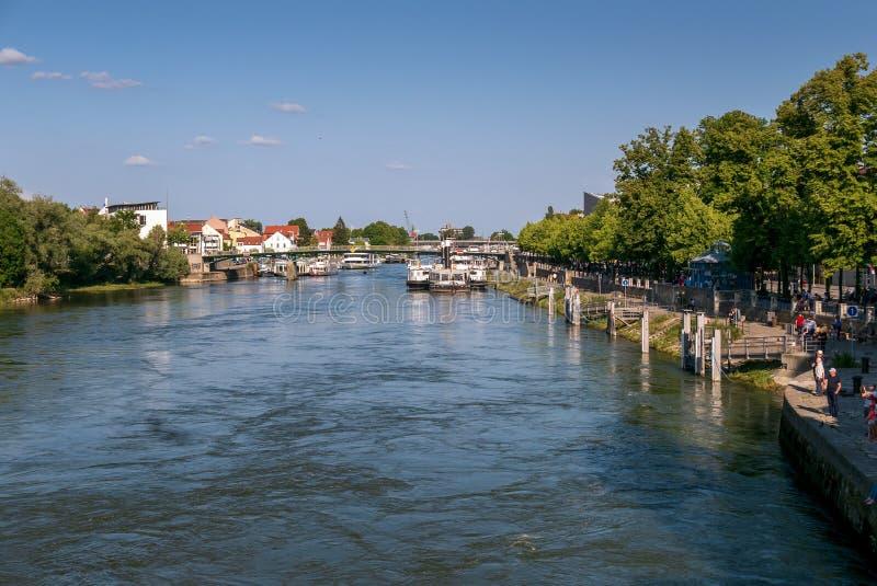 Panorama di vecchio argine di Regensburg fotografia stock