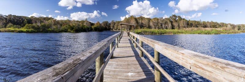 Panorama di vecchio molo su un lago d'acqua dolce, Florida fotografia stock