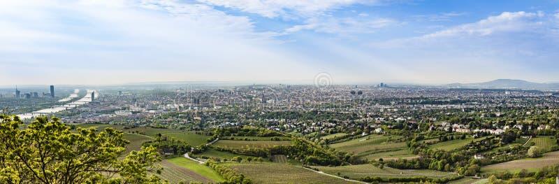 Panorama di Vienna con la periferia ed il fiume Danubio immagine stock libera da diritti